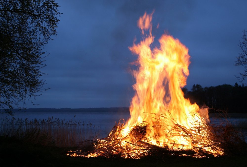 Osterfeuer am See